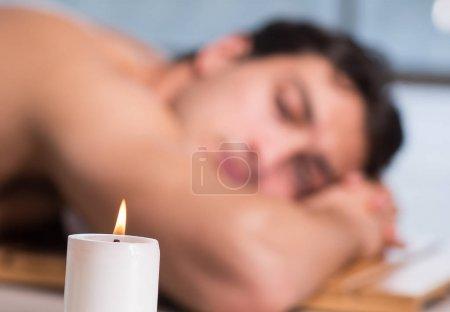 Photo pour Le jeune bel homme pendant la procédure de spa - image libre de droit