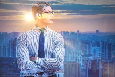 Photo pour L'homme d'affaires prospère contre le paysage urbain dans le concept d'entreprise - image libre de droit