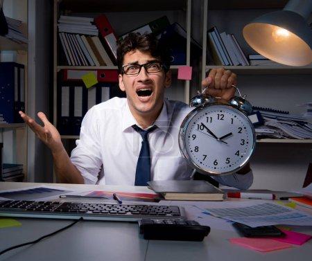 Photo pour L'homme d'affaires travaillait tard dans le bureau - image libre de droit