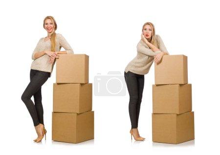 Foto de La mujer con cajas que se trasladan a una nueva casa aislada sobre blanco - Imagen libre de derechos