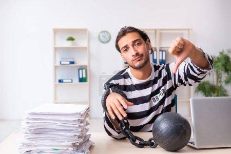 Photo pour Le jeune employé se sent prisonnier au travail - image libre de droit
