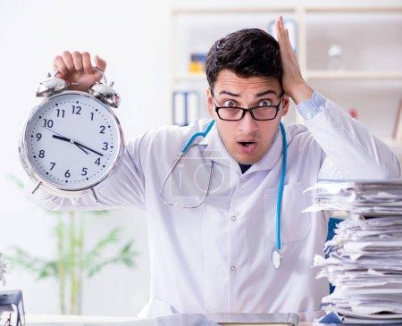 Photo pour Le médecin avec réveil dans le concept de contrôle d'urgence - image libre de droit