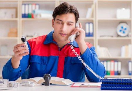 Photo pour Le travailleur en uniforme travaillant sur le projet - image libre de droit