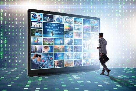 Foto de Muchas imágenes diferentes en el concepto de streaming de vídeo - Imagen libre de derechos