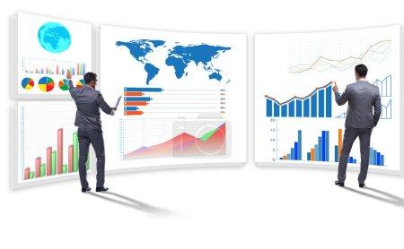Photo pour L'homme d'affaires dans la visualisation des affaires et le concept d'infographie - image libre de droit