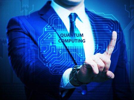 Photo pour L'homme d'affaires appuyant sur le bouton virtuel dans le concept de calcul quantique - image libre de droit