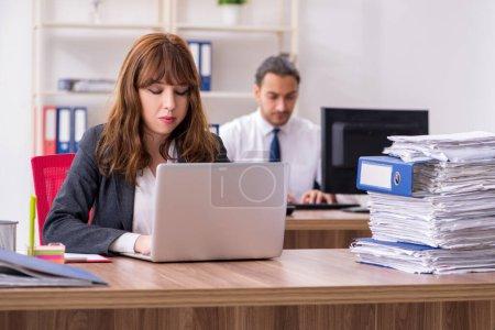 Photo pour Deux employés travaillant dans l'environnement de bureau - image libre de droit
