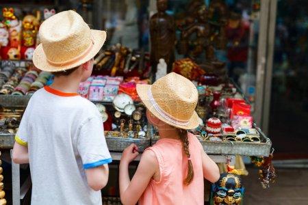 Kinder auf Flohmarkt