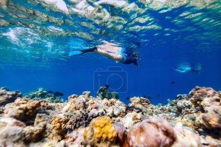Unterwasserfoto eines kleinen Mädchens, das im tropischen Ozean schwimmt