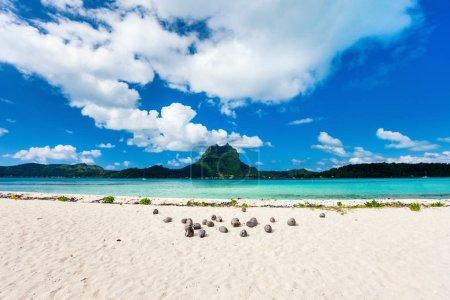 Photo pour Belle plage avec vue sur la montagne Otemanu sur l'île de Bora Bora - image libre de droit