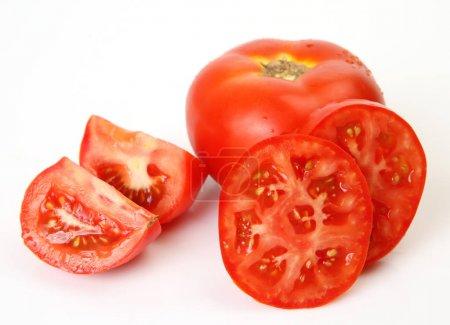 Foto de Tomate maduro en rodajas en blanco - Imagen libre de derechos