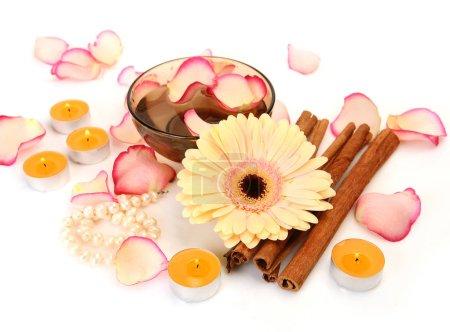 Photo pour Fleurs et produits de soins du corps sur fond blanc - image libre de droit