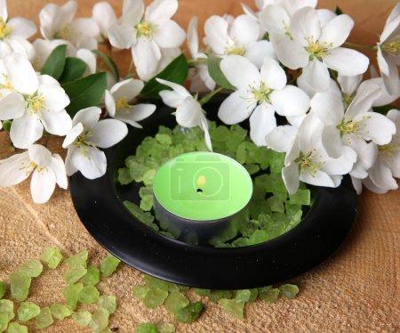 Photo pour Body care items and burning candles - image libre de droit