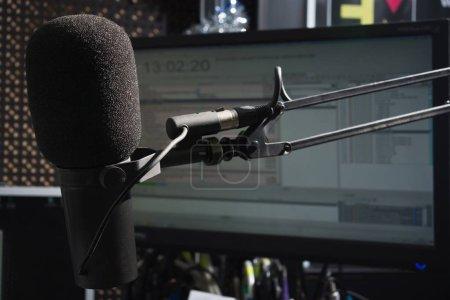 Photo pour Microphone dans le studio de radio. Radi du Nouvel An - image libre de droit
