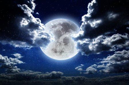 Photo pour Lune la nuit dans le ciel des étoiles de la galaxie. Fantastique arrière-plan. Éléments de cette image fournis par la NASA - image libre de droit