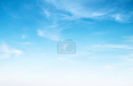 Photo pour Ciel bleu clair et nuages blancs fond d'été - image libre de droit