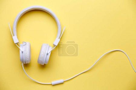 Photo pour Photo d'un casque blanc pour la musique sur fond jaune vide - image libre de droit