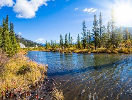 Photo pour Concept d'écotourisme. Beau lac Vermilion dans les montagnes du parc national Banff, province canadienne de l'Alberta - image libre de droit