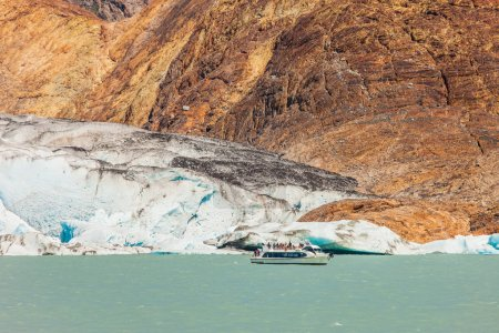 Pleasure boat floats to glacier