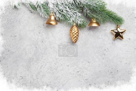 Photo pour Carte de voeux de Noël avec sapin décoré et espace de copie pour vos voeux de Noël - image libre de droit