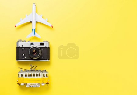 Photo pour Concept de voyage toile de fond avec jouet d'avion, tram et caméra. Vue du dessus plat avec espace de copie - image libre de droit