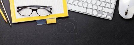 Schreibtisch mit Computer und Zubehör. Tischplatte. Ansicht von oben mit Platz für Ihren Text. breite flache Lage