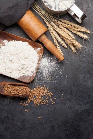 Photo pour Ingrédients du pain. Blé, farine et ustensiles de cuisine sur table en pierre. Concept de cuisine maison. Vue du haut à plat avec espace de reproduction - image libre de droit