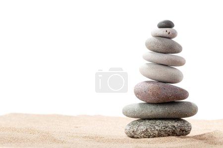 Photo pour Pyramide de galets de mer. Isolé sur fond blanc. Équilibre de vie et concept d'harmonie - image libre de droit