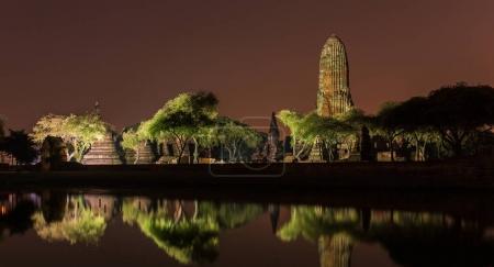 Photo pour Temple Wat Phra Ram la nuit dans le parc historique d'Ayuthaya, un site du patrimoine mondial de l'UNESCO en Thaïlande - image libre de droit