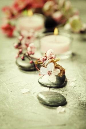 Photo pour Cadre spa. Massage pierres, sel de mer, bougies et fleurs sur fond rustique - image libre de droit
