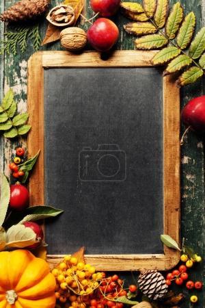 Photo pour Fond d'automne avec fruits, légumes et feuilles de saison - image libre de droit