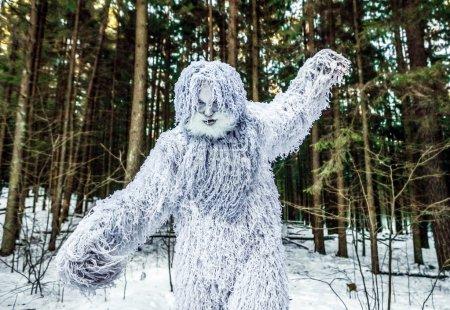 Photo pour Yeti personnage de conte de fées dans la forêt d'hiver. Photo fantaisie extérieure . - image libre de droit