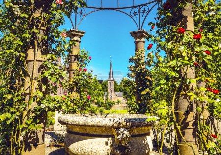 Photo pour Vue d'ensemble du château de Haar - le plus grand château aux Pays-Bas. Il a été construit par le maître de la néerlandais néo-gothique par Kuipers pour les membres de la famille Rothschild. - image libre de droit