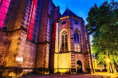 Foto de Utrecht, Países Bajos - 28 de mayo de 2017: Vista de primer plano del edificio famoso de la ciudad de Utrecht durante el crepúsculo. Paisaje urbano y la arquitectura tradicional de países bajos. 28 de mayo de 2017 en Utrecht - Países Bajos. - Imagen libre de derechos