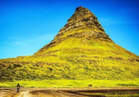 Photo pour Sites les plus célèbres de l'Islande. Paysage panoramique des montagnes de Kirkjufellsfoss. - image libre de droit