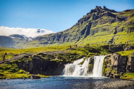 Photo pour Paysage pittoresque d'une cascade de montagne et nature traditionnelle de l'Islande . - image libre de droit