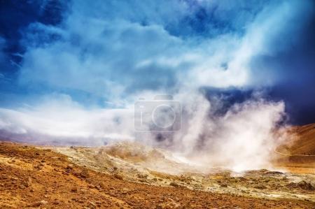 Photo pour Des vapeurs de geyser islandais et une nature pittoresque . - image libre de droit