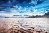 """Постер, картина, фотообои """"Живописный ландшафт горной реки с традиционными природы Исландии на удивительные солнце набор."""""""