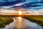 """Постер, картина, фотообои """"Живописный ландшафт горной реки с традиционными природы Исландии."""""""
