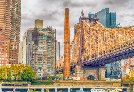 Photo pour Immeubles de Manhattan vu de Roosevelt Island, à New York. - image libre de droit