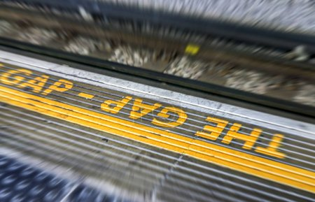 Photo pour L'esprit du signe de lacunes dans le métro de Londres. - image libre de droit