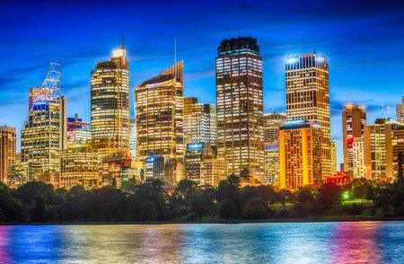 Photo pour Skyline de Sydney dans la nuit. - image libre de droit