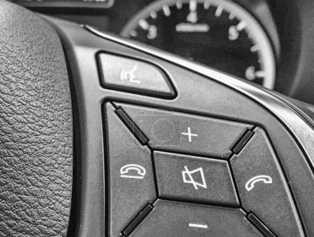 Commandes au volant sur une nouvelle voiture
