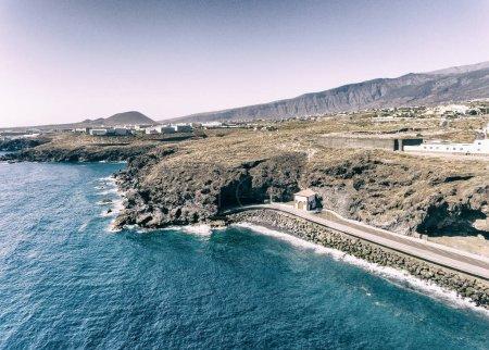 Photo pour Vue aérienne côtière des piscines de Bajamar à Tenerife, Espagne . - image libre de droit
