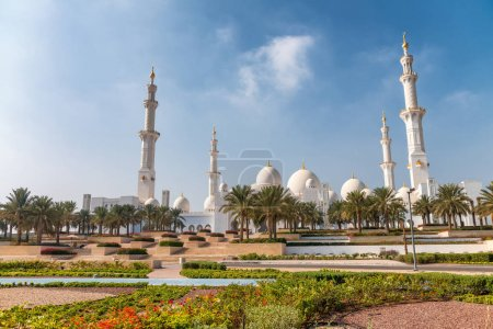 Sheikh Zayed Mosque on a beautiful sunny day, Abu Dhabi.