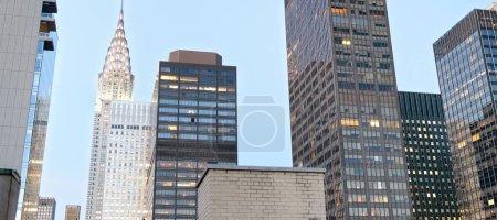 Photo pour Midtown Manhattan gratte-ciel vu du toit de la ville au coucher du soleil . - image libre de droit