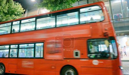 Photo pour Bus rouge accélère le long des rues de la ville, Londres, Royaume-Uni. - image libre de droit
