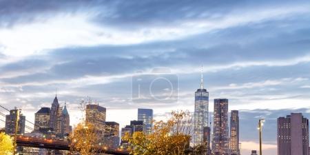 Foto de Brooklyn Bridge y Downtown Manhattan al atardecer, Nueva York . - Imagen libre de derechos