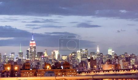 Photo pour Vue de nuit de Midtown Manhattan depuis Brooklyn Bridge . - image libre de droit