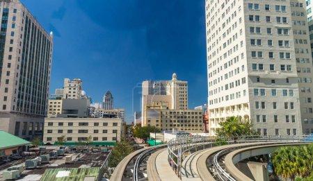 Photo pour Bâtiments du centre-ville de Miami depuis le train Metrorail . - image libre de droit